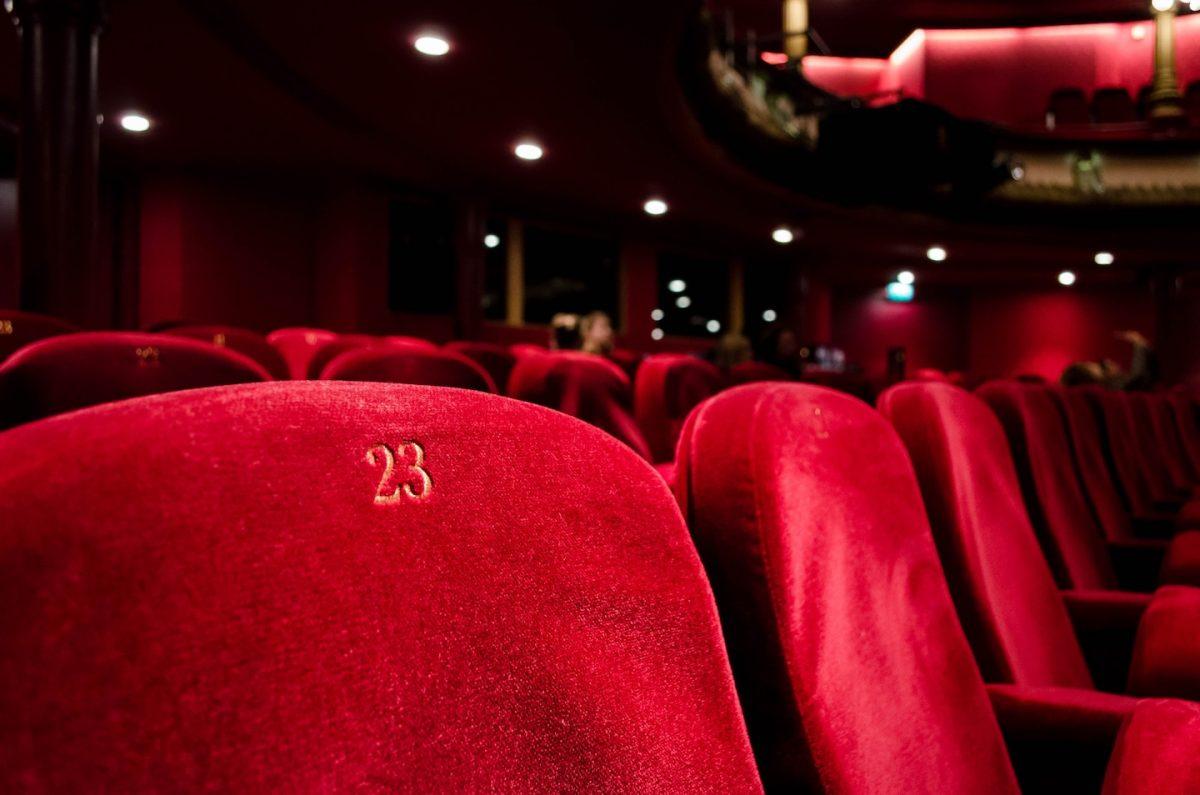 Foto aus einem Kinosaal: Rote Plüschsessel mit Numerierung